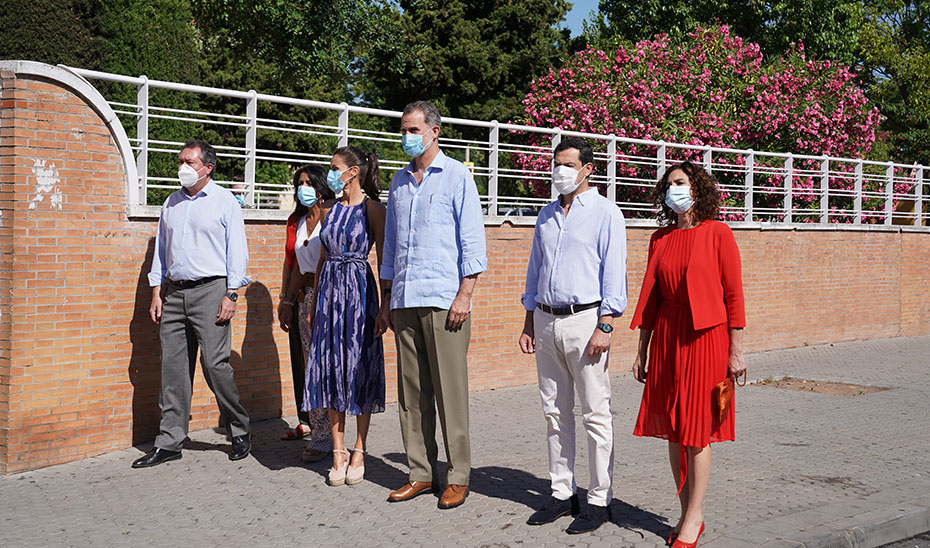 Moreno junto a Felipe VI y Doña Letizia acompañados por el alcalde, la presidenta del Parlamento y la ministra Montero.