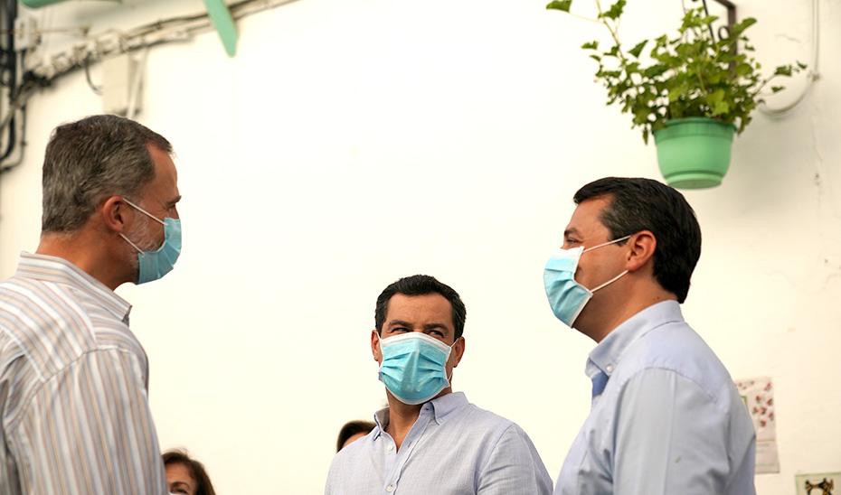 El presidente andaluz, conversa con Felipe VI y el alcalde de Córdoba.