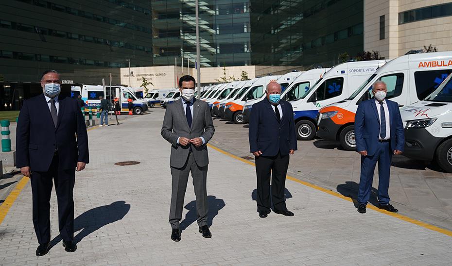 El presidente, junto al consejero de Salud y Familias, delante de las nuevas ambulancias.