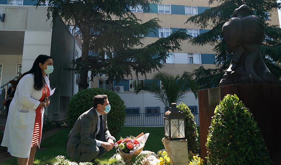Juanma Moreno deposita unas flores junto al monumento a los donantes.