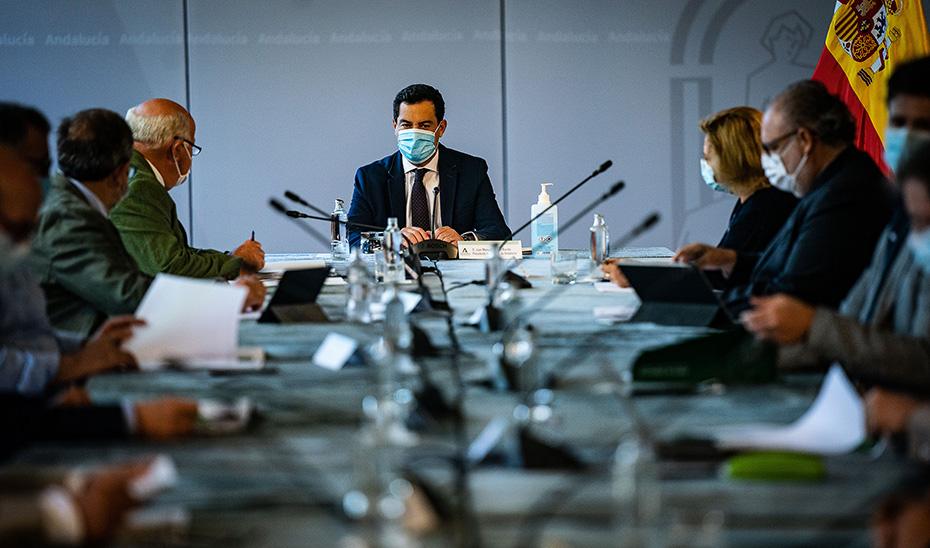 El presidente Juanma Moreno presidiendo la reunión del comité de expertos.