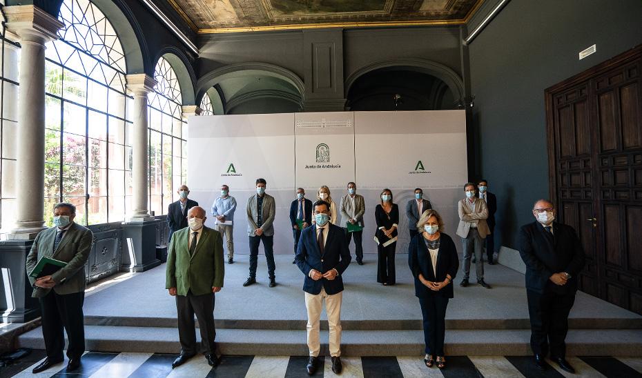 Los integrantes del comité de expertos posan en el Salón de los Espejos del Palacio de San Telmo.