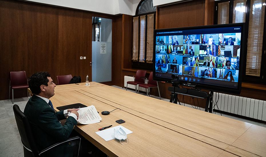 Juanma Moreno, durante la videoconferencia con el presidente del Gobierno y sus homólogos autonómicos.