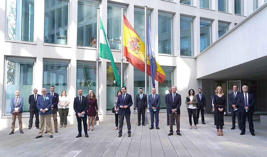 El presidente posa junto al resto de autoridades en la Consejería de Fomento.