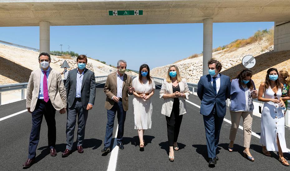 La consejera de Fomento, Marifrán Carazo, junto al resto de autoridades en la inauguración de la nueva variante de Lucena.