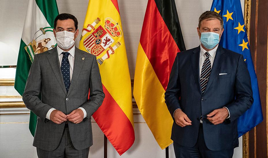 El presidente andaluz, Juanma Moreno, este lunes recibiendo en San Telmo al embajador alemán en España, Wolfgang Dold.