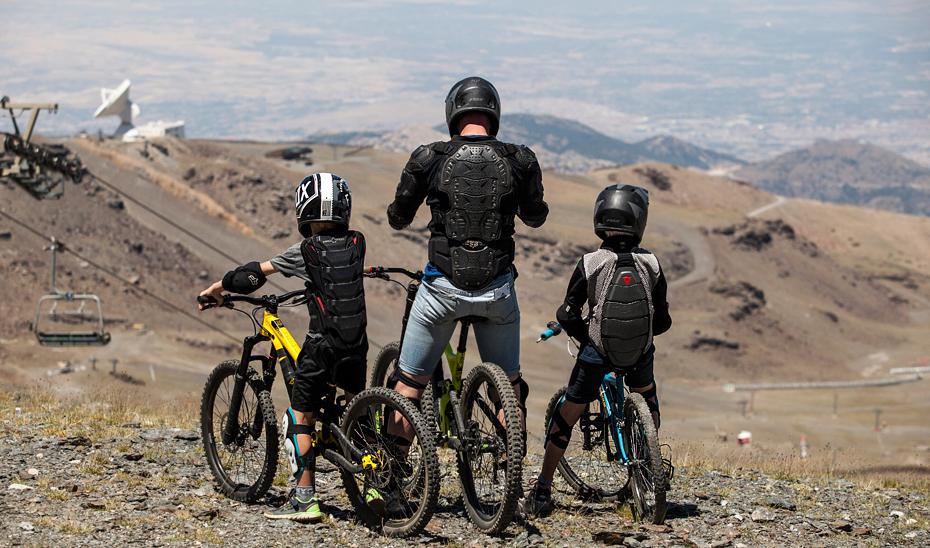 Participantes en los circuitos de descenso del bike park de Sierra Nevada.