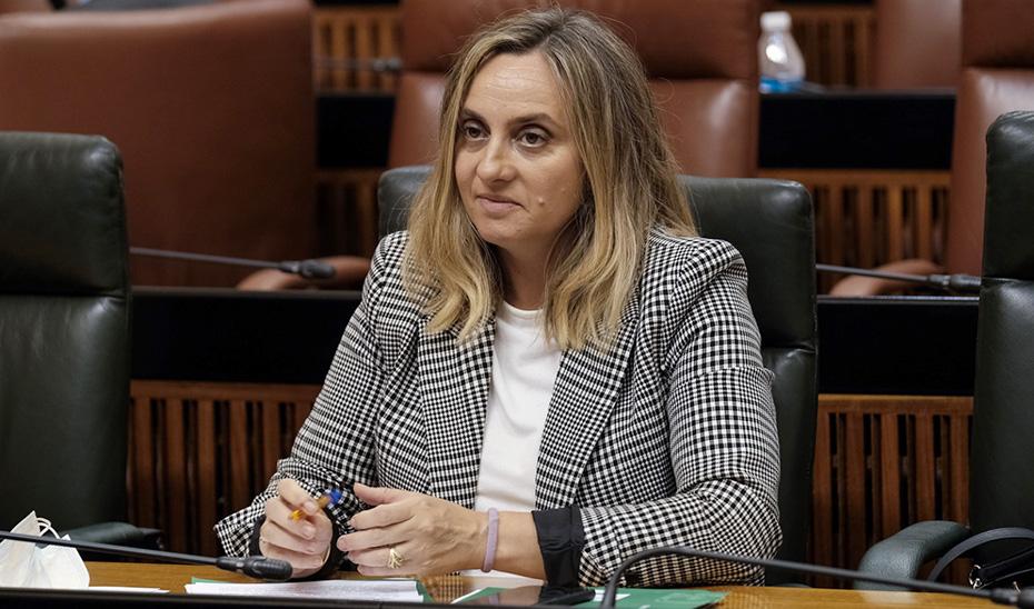 La consejera Marifrán Carazo en su escaño en el Parlamento de Andalucía.