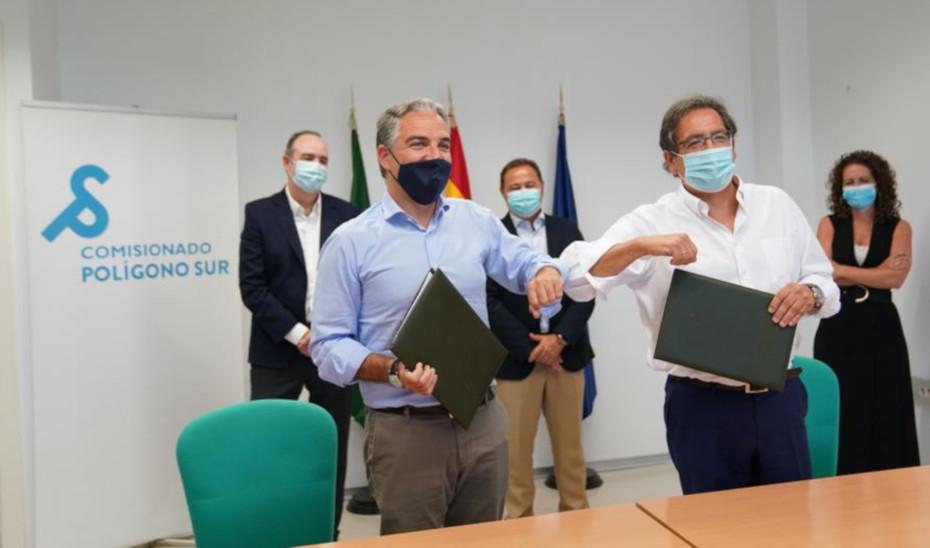 El consejero Elías Bendodo y el presidente de la Fundación Cajasol, Antonio Pulido, en la firma del protocolo para el Polígono Sur.