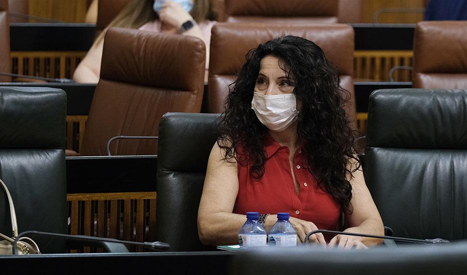 La consejera de Igualdad, Políticas Sociales y Conciliación, Rocío Ruiz, este jueves sentada en su escaño en el Parlamento andaluz.