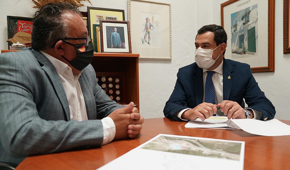 El presidente andaluz, Juanma Moreno, reunido este viernes con el alcalde de Gaucín, Pedro Godino, durante su visita al municipio malagueño.