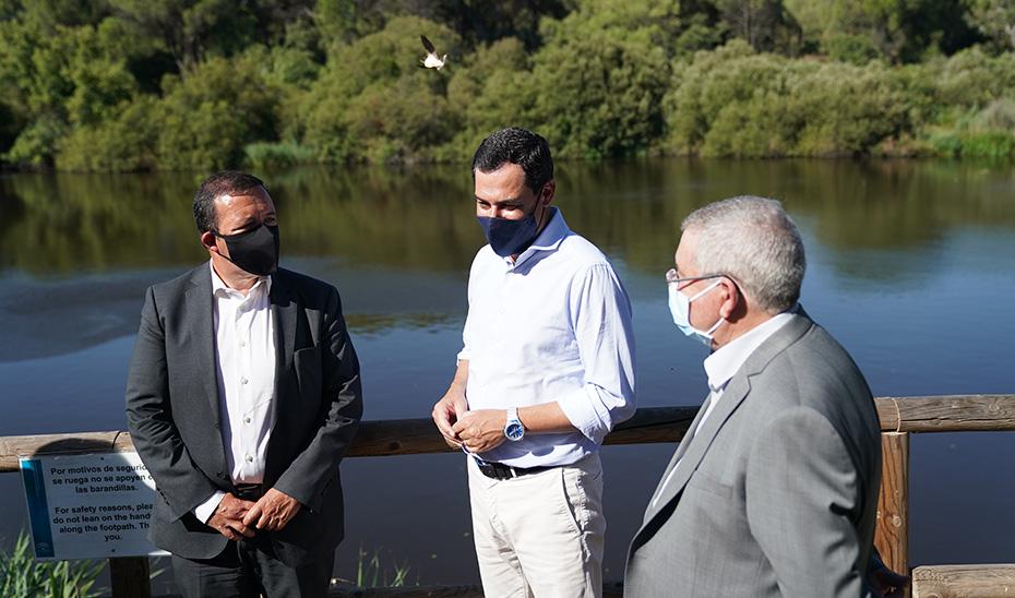 El presidente andaluz conversando con Francisco Serra y Joaquím Roberto Pereira.