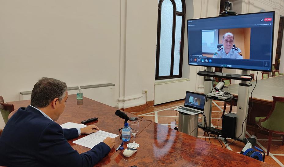 Elías Bendodo y Antonio Burgos, en un momento de su videoconferencia.