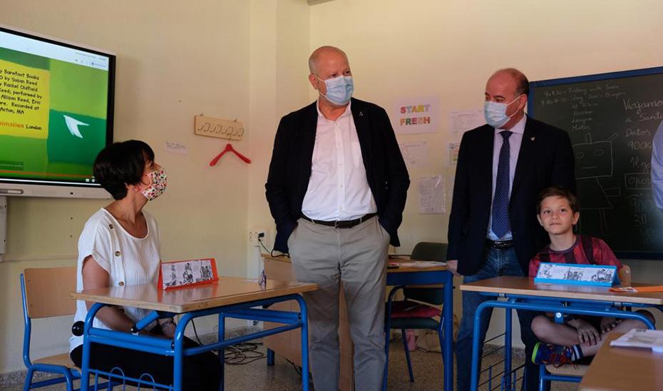 Visita del consejero de Educación, Javier Imbroda, a uno de los centros donde se ha desarrollado el Plan de Refuerzo Estival.