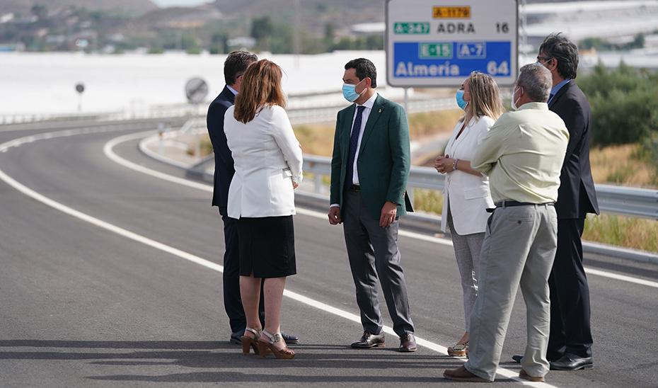 Moreno conversa con las demás autoridades sobre el arcén de la nueva variante virgitana.