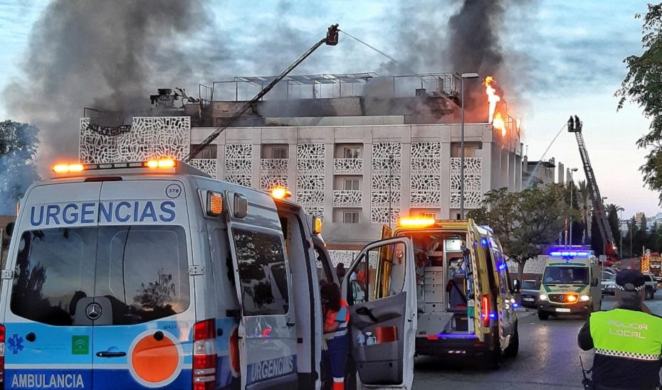 Operativos de emergencia en el lugar del incendio.