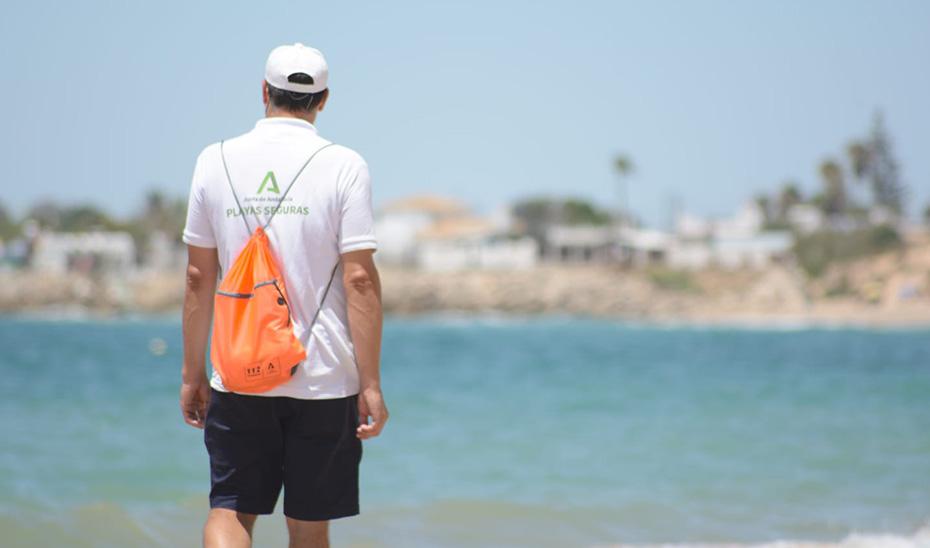 Un auxiliar de playa de los que velan en la costa andaluza por el cumplimiento de la normas sanitarias frente al Covid-19.