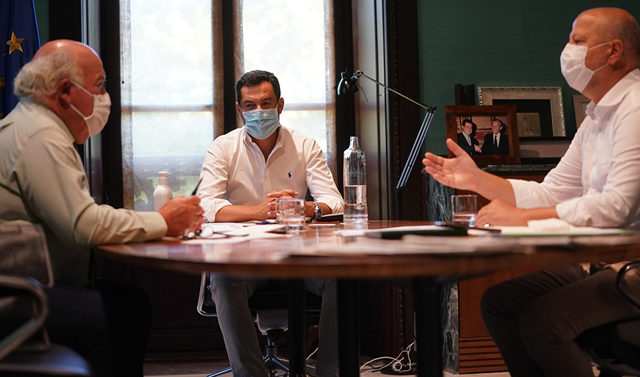 Juanma Moreno, junto a los consejeros Javier Imbroda y Jesús Aguirre en la reunión mantenida.