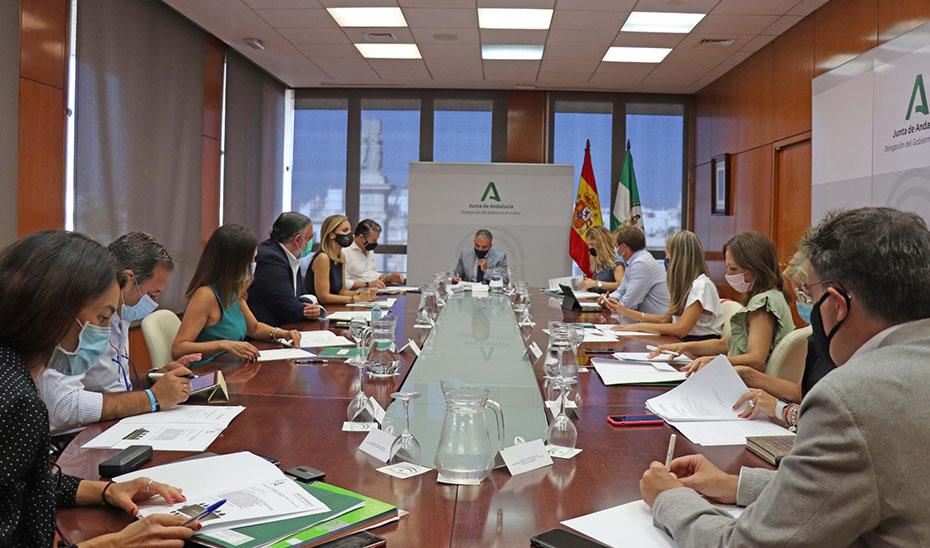El consejero de la Presidencia, en el transcurso de la reunión con los delegados del Gobierno de la Junta.