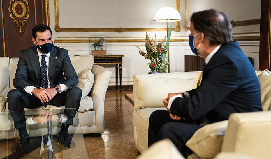 El presidente andaluz, Juanma Moreno, reunido con el presidente del Grupo Planeta, José Creuheras.