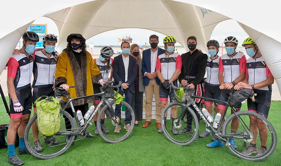 Juan Marín recibe en Sanlúcar a los participantes en la ruta ciclista 'Magallanes-Elcano'