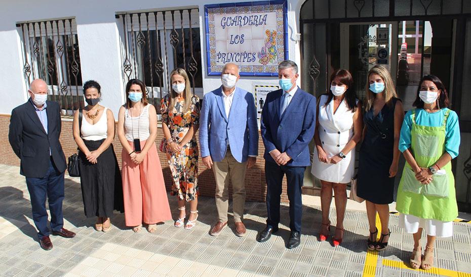 El consejero Javier Imbroda, durante su visita a la Guardería Los Príncipes, en Huelva.