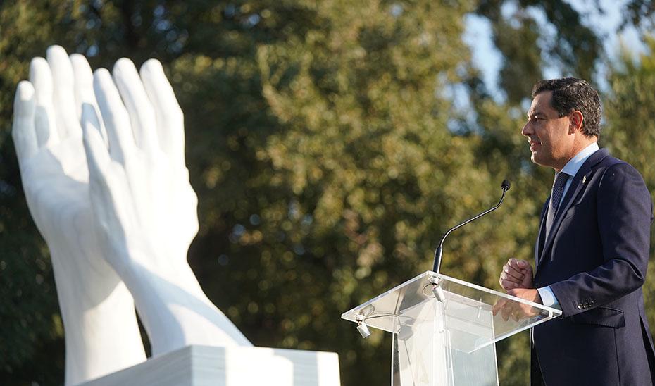 Intervención de Juanma Moreno al descubrir en Jaén la escultura de homenaje a los profesionales que luchan contra la Covid-19