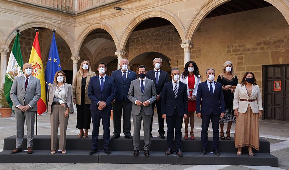 Foto de familia del Gobierno de Andalucía en el Hospital de Santiago, en Úbeda (Jaén).