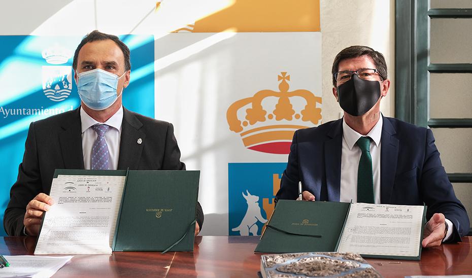 Juan Marín y José Benito Barroso, alcalde de Lebrija, tras la firma del protocolo.