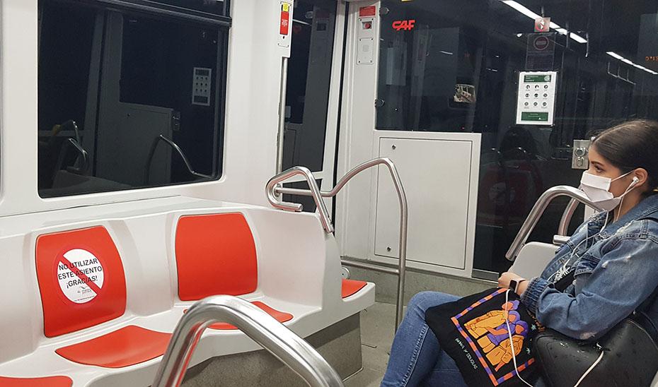 Una pasajera en el Metro de Sevilla.