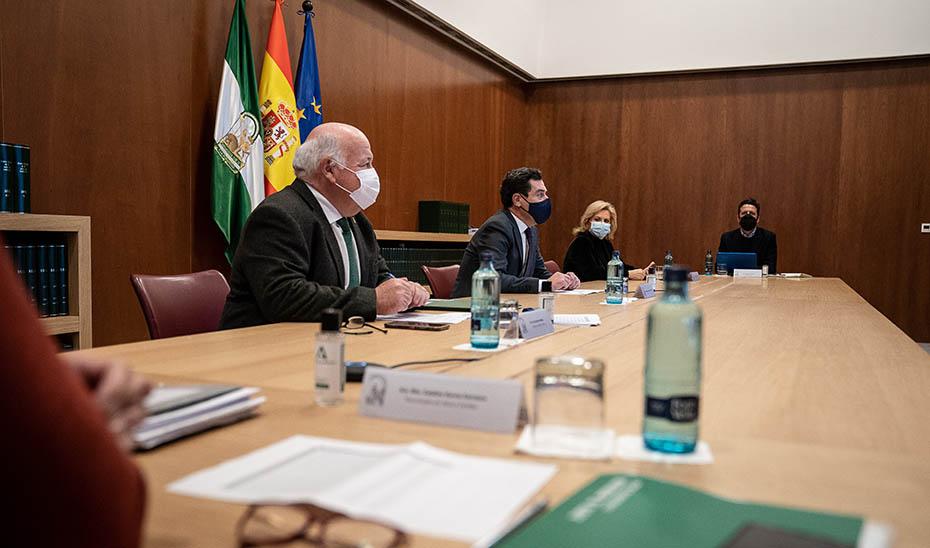Juanma Moreno presidiendo la reunión del Comité de Expertos que asesora al Gobierno andaluz.