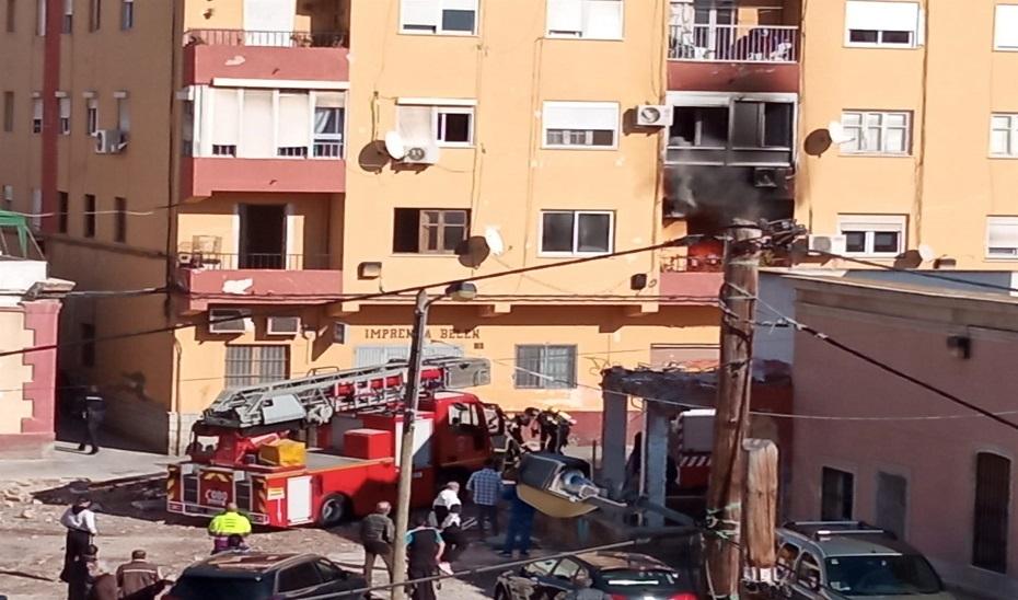 Imagen de la actuación de los servicios operativos en el incendio. Fuente: Europa Press.