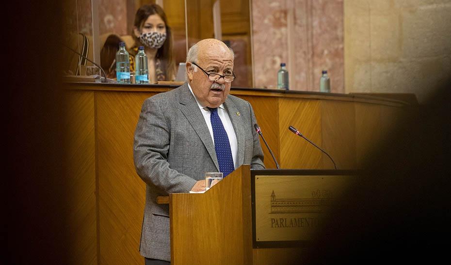 El consejero de Salud y Familias, Jesús Aguirre, durante su intervención en el pleno del Parlamento (Foto: EFE).