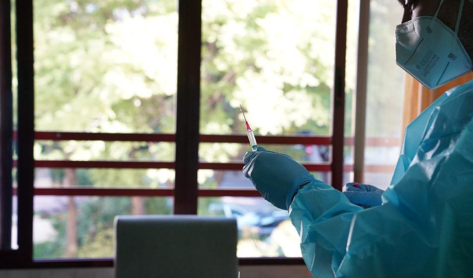 Una enfermera prepara una vacuna contra el Covid para su administración.