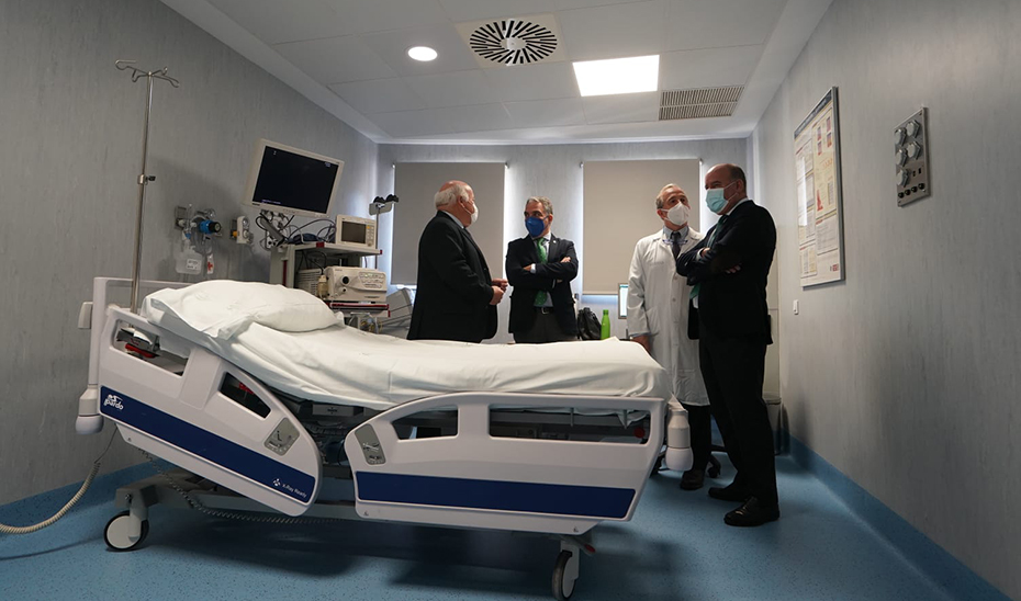 Elías Bendodo y Jesús Aguirre recorrieron las instalaciones del Hospital de Antequera.