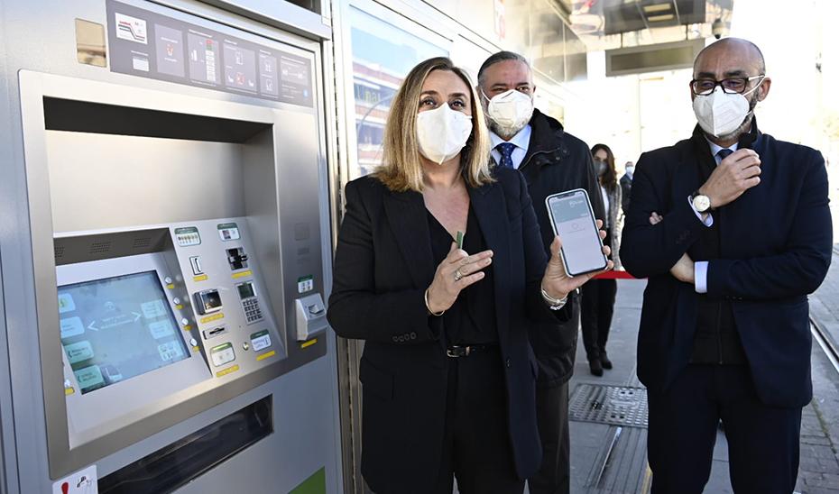 La consejera de Fomento muestra el nuevo pago bancario a través de móvil del Metro de Granada.