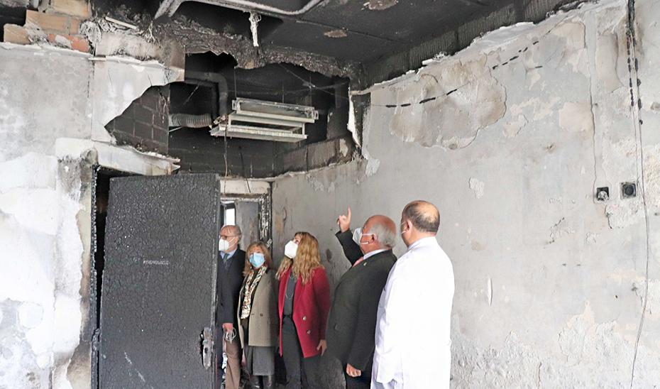 El consejero de Salud visitó la zona del Hospital Puerta del Mar afectada por el incendio.