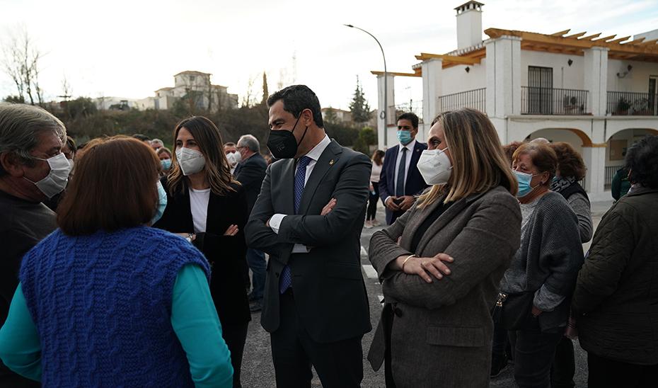 Moreno, con los vecinos de Santa Cruz del Comercio, momentos antes de inauguración del puente.