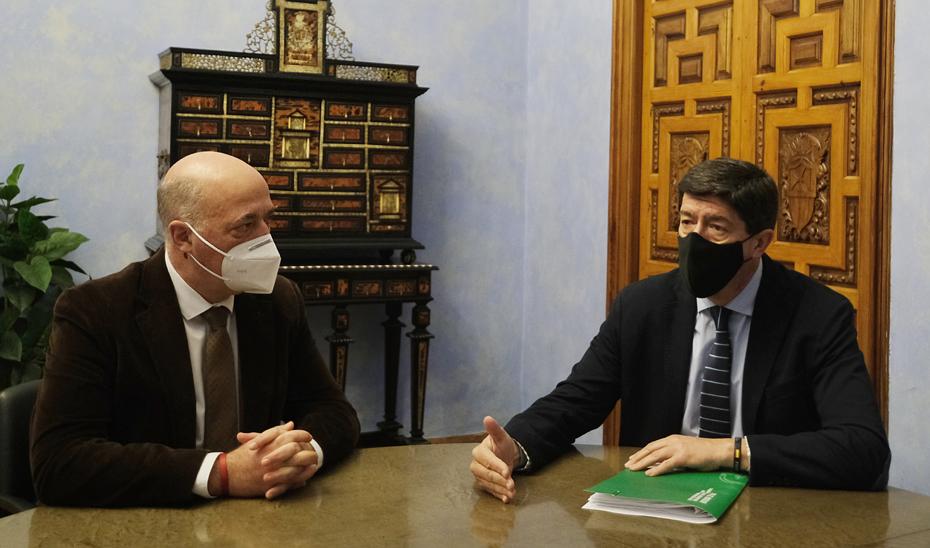 El vicepresidente Juan Marín, durante la reunión con el presidente de la Diputación de Córdoba, Antonio Ruiz.