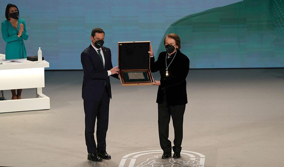 Juanma Moreno entrega a Raphael la placa de Hijo Predilecto de Andalucía.