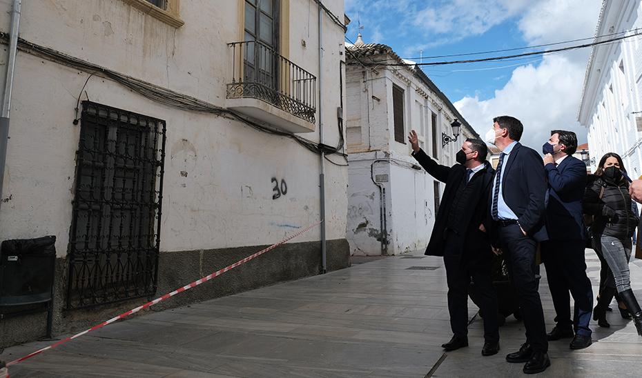 El vicepresidente y consejero de Turismo, Juan Marín, recorriendo Santa Fe junto al alcalde.