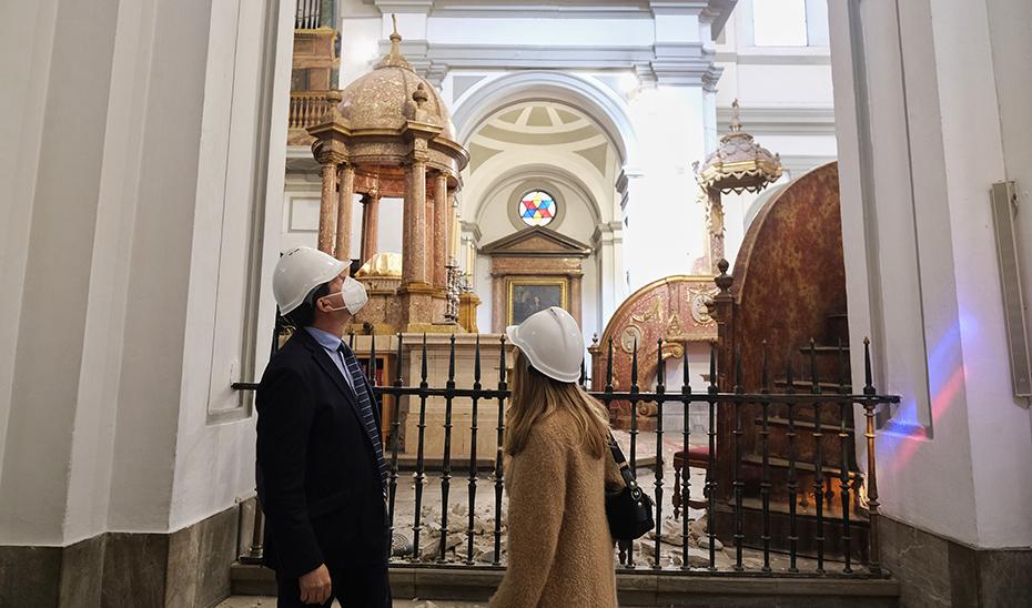 Juan Marín observa los daños producidos en uno de los templos de Santa Fe.