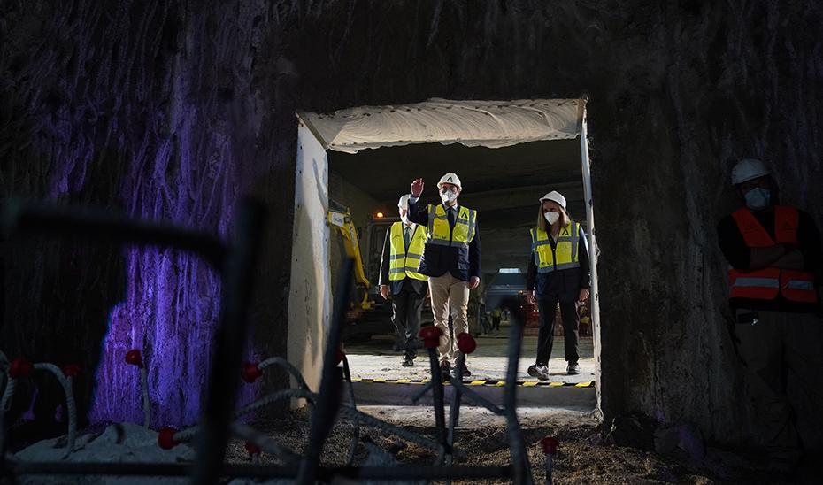 Un momento de la visita del presidente andaluz a las obras en el subsuelo de Málaga.