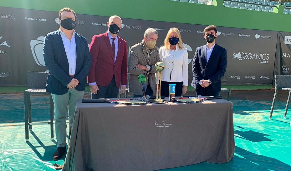El consejero de Educación y Deporte, Javier Imbroda, este lunes en Marbella junto al tenista Manolo Santana en la presentación del AnyTech365 Andalucía Open.