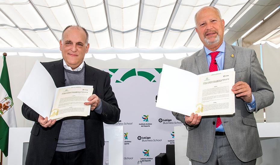 El presidente de La Liga, Javier Tebas, y el consejero de Educación y Deporte, Javier Imbroda.