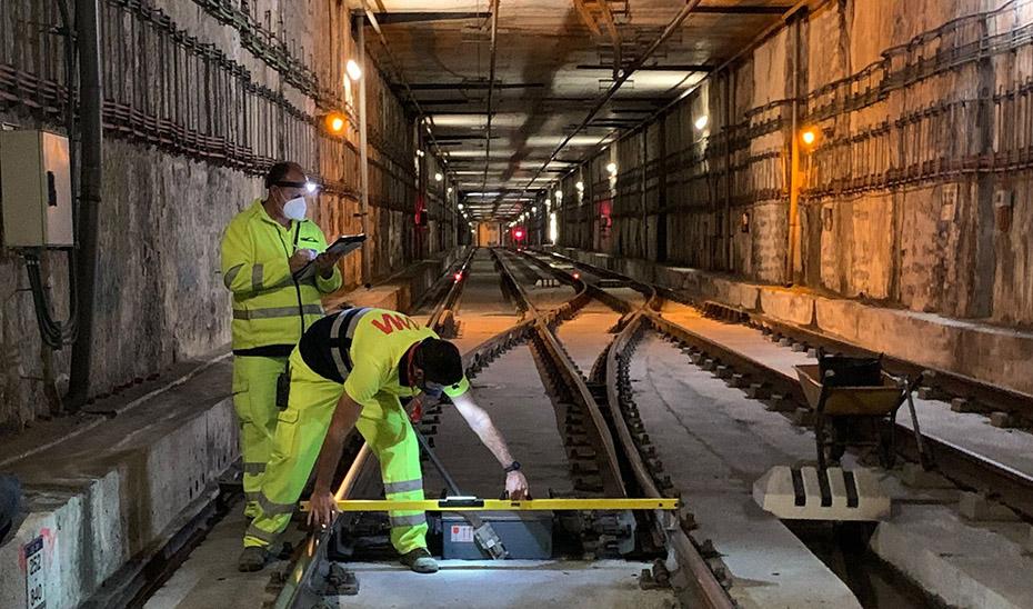 Técnicos de mantenimiento del metro de Málaga revisan el estado de las vías.