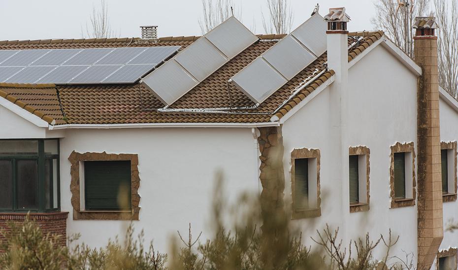 Instalación de autoconsumo en edificio incentivada por la Agencia Andaluza de la Energía, cofinanciada con fondos FEDER.