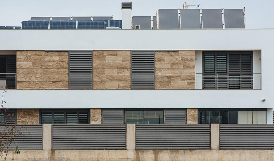 Instalación de autoconsumo en comunidad de propietarios incentivada por la Agencia Andaluza de la Energía, cofinanciada con fondos FEDER.