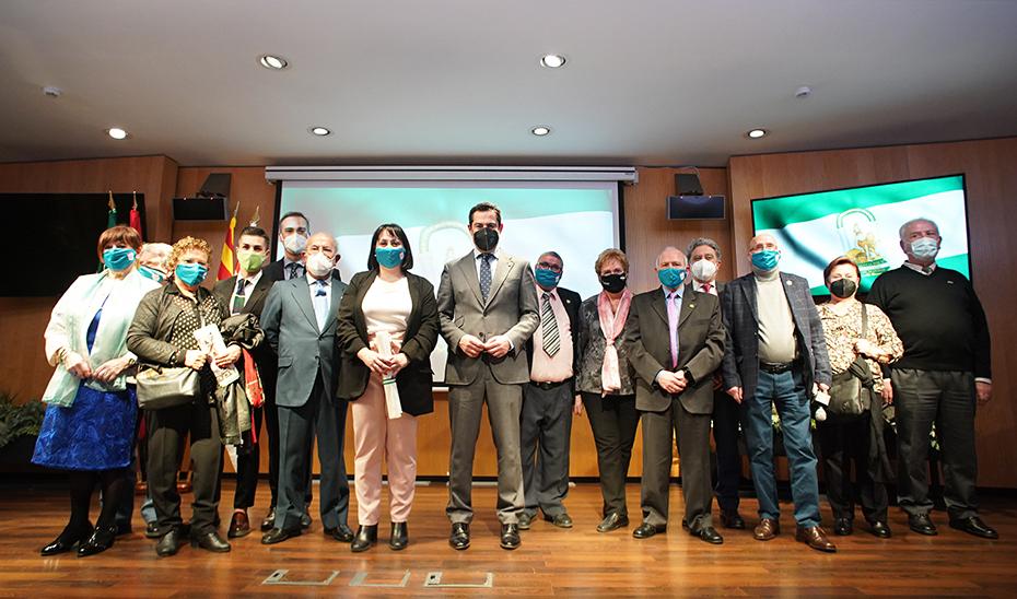 Moreno transmite el cariño de Andalucía a las Casas Regionales en Cataluña por el 28F