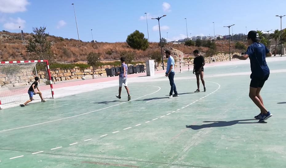 Jóvenes inmigrantes residentes en un centro juegan un partido.